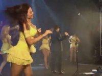 Kızlar Dans Ederken Elinde Mikrofon Tutan Adam!