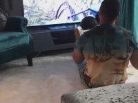 Evdeki İmkanlarla Çocuğuna Roller Coaster Deneyimi Yaşatan Baba