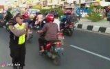 İşini Eğlenerek Yapan Trafik Polisi