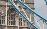 Londra'da Tower Bridge Üstünde Güneşlenen Manyak