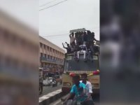 Fren Yapan Otobüsün Üzerinden Yola Savrulan Öğrenciler