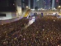 Hong Kong'da Protestocuların Ambulans İçin Yol Açması