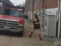 Kamyonete Beyzbol Sopasıyla Girişen Kadın