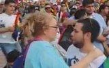 LGBT Yürüyüşünde Oğlunu Bağrına Basan Anne