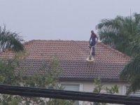 Örümcek Adam Kıyafetiyle Çatı Temizleyen Adam