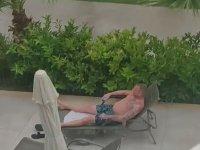 Yağmurlu Havada Şezlongda Güneş Kremi Süren Adam