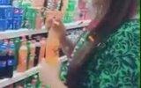Markette İçeceklerin Tadına Bakan Kadın