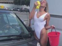 Taylor Mega'nın Seksi Araba Yıkamalı Bir Günü