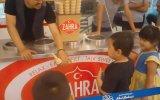 Veledi Ayar Eden Çakma Maraş Dondurmacısı