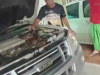 Arabanın Motorundan Çıkan Piton