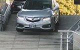 Arabasıyla Merdivenlerden İnen Sürücü