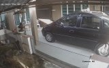 Arabanın Tavanındaki Kedi ile Yola Çıkan Sürücü