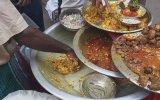 Avuçlama Tekniğiyle Servis Edilen Bangladeş Yemeği  Sokak Lezzetleri
