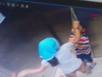 Asansörde Boynundan Asılı Kalan Kardeşini Kurtaran Abla
