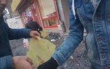 Başka Marketin Poşetlerini Bedava Dağıtan Gençleri Kovan Kasiyer