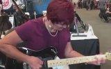 Elektro Gitarı Konuşturan Büyükanne