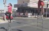 Trafik Lambalarında Akrobasi Gösterisi