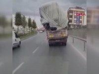 Trafikte Kaymış Yükle Giden Kamyonet