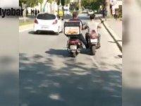 Benzini Biten Motosikleti Ayağı ile İten Motosikletli