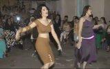 Renk Değiştiren Kıyafetleriyle Roman Düğününde Döktüren Kızlar