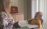 Bebeği Memeleriyle Eğlendiren Kadın