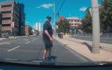 Sürücüye Şekil Yaparken Direğe Toslayan Yaya