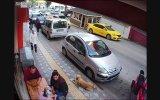 Kaldırımdaki Köpeğe Durduk Yere Atarlanan Psikopat Kedi