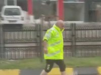Yağmurda Tıkanan Mazgalları Açmak İçin Kolları Sıvayan Trafik Polisi