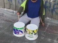 Yoğurt Kovasıyla Bateri Çalan Genç