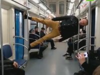 Metroda Çok Farklı Şekilde Seyahat Etmek