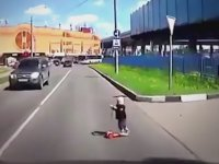 Scooter ile Yola Fırlayan Ufaklık