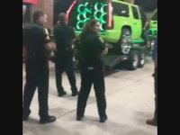 Araçtaki Ses Sistemi Karşısında Mest Olan Polisler