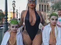 Çocuklarıyla Şehir Turu Atan Catwoman