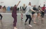 Küçük Kızın Dansını Taklit Eden Dansçılar
