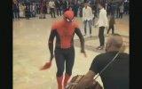 Halayda Coşan Örümcek Adam