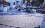 Kaçan Sürücüyü Durdurmak İçin Aracın Kaputunda Giden Polis