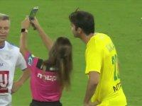 Kaka ile Selfie Çektirmek İçin Sarı Kart Gösteren Kadın Hakem