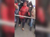 Kadın Belediye Başkanının Saçlarını Kesip Kırmızıya Boyayan Protestocular