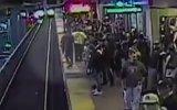 Metro Geldiği Sırada Raya Düşen Vatandaşı Işık Hızında Kurtaran Görevli