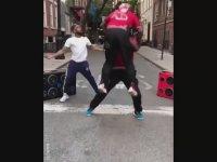 Sokakta Dans Kapışması Yapan Zenciler