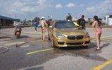 Araba Yıkayan Bikinili Kızlar