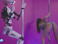 Direk Dansında Robotla Kapışan Hatun