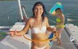 Hula Hoop ile Şov Yapan Bikinili Güzel