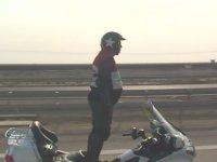 Motosiklet ile Kilometrelerce Ayakta Giden Adam