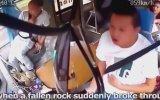 Yuvarlanan Kayanın Otobüs Şoförüne Denk Gelmesi