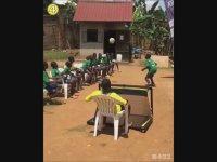 Afrikalı Çocuklardan Futbol Gösterisi