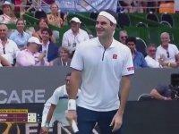 Maçın Ortasında Hayranına Poz Veren Federer