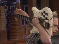 Cara Delevingne'in Elektro Gitarı Konuşturması