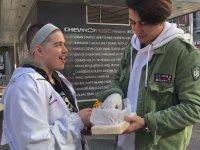Kanada'da Evsizlere Bisküvi Arası Lokum Dağıtmak
