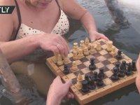 Buzlu Suda Satranç Oynayan Rus Çift